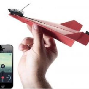 スマホでコントロールできる紙飛行機キット「POWERUP 3.0」が楽しそう