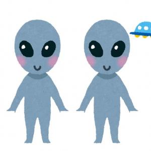呆然と立ち尽くす二体の謎の生物の動画ツイートに「エイリアンの正体はこれか」「フクロウだと言われても宇宙人に見える」コメント集まる