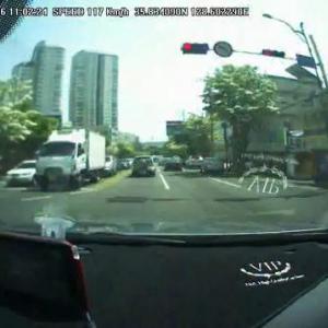 停止していた車が急発進しブレーキ効かずに激突! ヒュンダイ「運転手の不注意が原因」