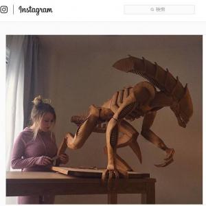 木彫りに見えるエイリアン像 何でできているかわかる?