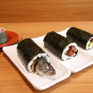 そのまま丸かぶり? くら寿司の変わり種恵方巻『まるごといわし巻』を食べてみた