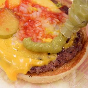 マクドナルドのチーズバーガーにわさびを注入するとアナタは禁断の味を知ることになる 「もう後戻りできない悪魔的ウマさ」