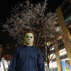 """映画『ハロウィン』 日本の繁華街に現れた殺人鬼""""ブギーマン""""は一体どこへ行くのか?[ホラー通信]"""