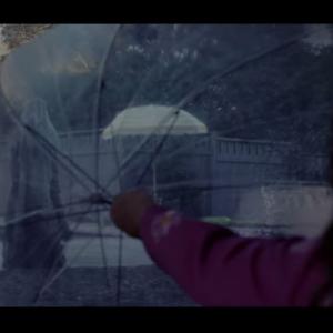 """傘の向こうに……いや、気のせい? 映画『ラ・ヨローナ ~泣く女~』恐怖の""""ヨローナ""""が姿を現す本編映像[ホラー通信]"""