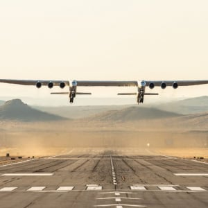 世界最大の飛行機『ストラトローンチ』が飛んだ