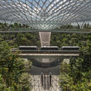 """シンガポールの""""ジュエル・チャンギ国際空港""""に登場したのは世界で一番の高さを誇る人工の滝『Rain Vortex』"""