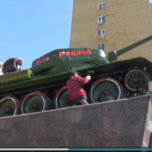 「正しい緑色に塗り直せ!」 記念碑のT-34の塗装が気に入らなかった男が赤いスプレーをぶちまけて逮捕