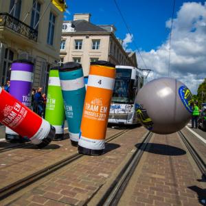 欧州市民の新たな娯楽? 本物の路面電車でボウリング大会!