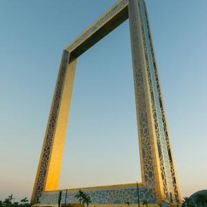 ドバイの「世界一」へのこだわりがついに哲学的な領域へ 高さ150メートルの額縁がギネス世界記録認定