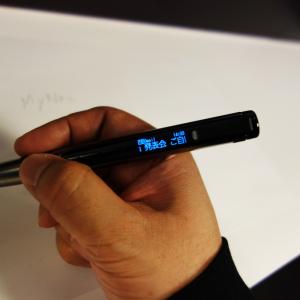 """通知表示やシャッター・音楽再生の操作ができる""""ウェアラブルペン"""" キングジムがスマートフォンと連携するボールペン『インフォ』INF10を発表"""