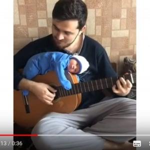 パパのギターが上手すぎて……動けません