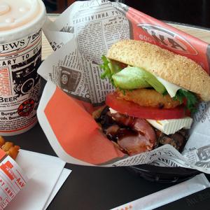 ビーフ&ポークの存在感! 沖縄のソウルチェーンの『The A&Wバーガー』が食べごたえ満点