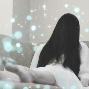 貞子だって疲れる!? 『休足時間』でリフレッシュ、自慢の白ワンはトップで浄化(洗浄)