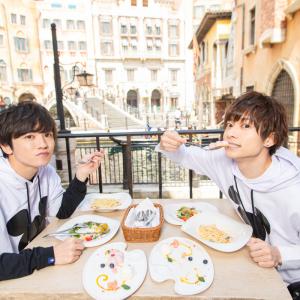 人気俳優・小澤廉さん&小西成弥さんが「東京ディズニーシー」を大満喫! 大人ランチから笑顔になれちゃうアトラクションまで