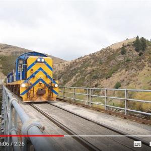 列車と自動車が共有する1車線しかない橋 信号もなにもないんだけど