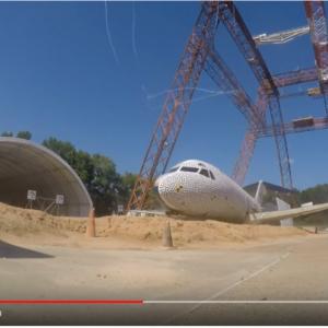 本物の飛行機を使った墜落試験の結果「厳しいが乗客の生存は可能」との判定
