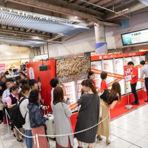 """月曜日は『ジャイアントコーン』でハッピーチャージ! JR品川駅に出現した""""月曜日しか開かない冷凍庫""""に長蛇の列"""
