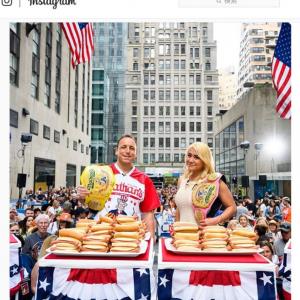 毎年恒例のホットドッグ大食い大会 日系アメリカ人女性のミキ・スドウさんが6連覇