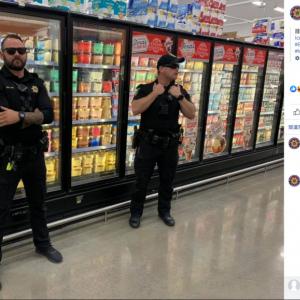 「食品テロは許さないゾ!」 テキサスのスーパーで警察官がアイスクリームを警備