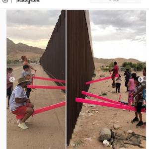 国境をまたいだシーソーで遊ぶアメリカ人とメキシコ人の子供達
