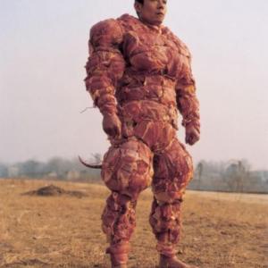 レディー・ガガの肉ドレスを超えた?「肉鎧を着た男」が海外のネット上で話題に