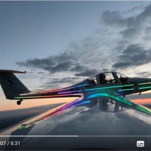 キレイすぎ 飛行中の飛行機の翼から打ち上げられる花火