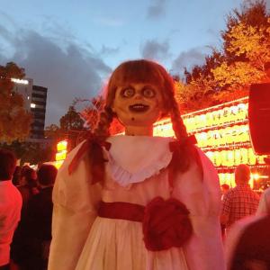 日本の伝説的バンドにも会っていた? 『アナベル 死霊博物館』主演人形アナベルの夏休みオフショット[ホラー通信]