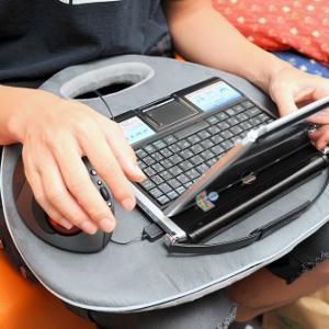 猛暑にノートPCを使うためのたった1つのアイテム『ラップトップテーブル』