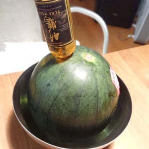 竹鶴ミニボトルをぶっさした「ウイスキーシミシミスイカ」がネットで反響「これがホントの(ウイスキー)スイカ割り」