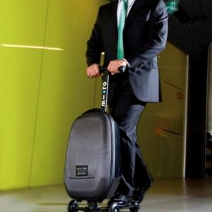 乗れるスーツケース!? 荷物と一緒に自分も移動できる『マイクロ・ラゲッジ』