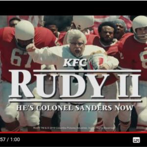カーネル・サンダースがアメフト選手に KFCが「ルディ/涙のウイニング・ラン」のパロディー動画を公開