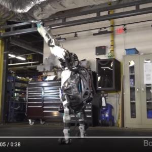人類がロボットに支配される日が刻一刻と近づいています 人型ロボット「アトラス」の進化が止まらない