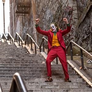 """「社会」にとっては究極の「悪」が生まれた瞬間""""ジョーカー""""は踊り始める:映画レビュー"""