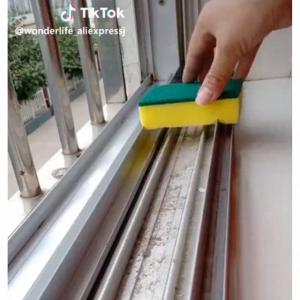 キッチンスポンジで簡単! 窓サッシの汚れを速攻キレイにする裏ワザが話題