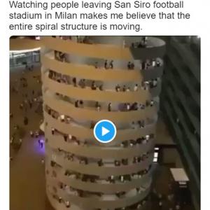 どう見ても建物が動いてるでしょ 「動いているのは人だけで、建物は動いてないの?」