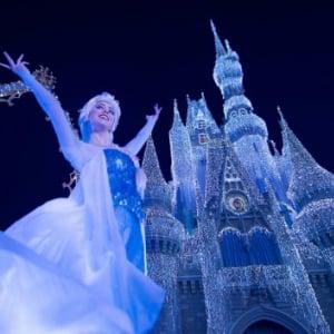 エルサの魔法でシンデレラ城が! フロリダディズニーで一足はやいホリデーが始まる【ノーレリゴー、ノーライフ】