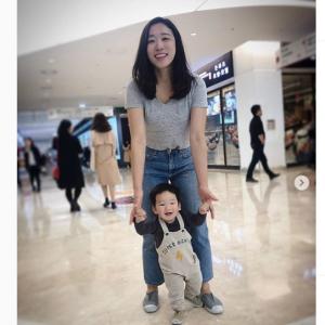 息子の写真の背後でやりたい放題楽しむお母さん その正体はいとうあさこ似の韓国人女優
