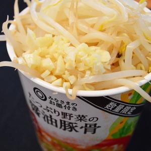 西友の激安カップ麺「みなさまのお墨付き たっぷり野菜の醤油豚骨」を二郎風アレンジしたらスープが完璧に整った! 95円で激ウマ!