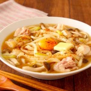 レンジ調理のレシピ「味噌バタ煮込みうどん」に感動の声「これは体が温まりますね」