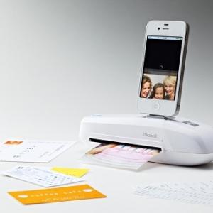 『iスキャミル』がiPhoneに対応 ドッキングしてカメラロールに保存できるシートフィードスキャナ『iスキャミル ミニ』