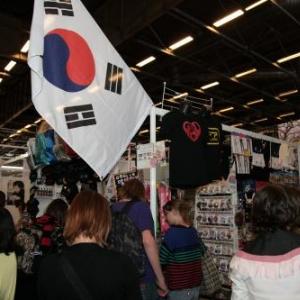 『ジャパンエキスポ』のもう1つの韓国ブースで日本アニメグッズが販売される フランス女性「日本では東京と韓国に行きたい」