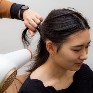 今更聞けない髪の毛の乾かし方をモッズ・ヘア商品企画の人に聞いてみた「まずは前髪・襟足から乾かします」