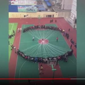 中国の小学生が異次元の大人数縄跳びに挑戦 縄跳び……?