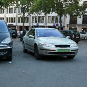 フランスに存在する訴訟されない無敵の車とは? 路駐し放題で人を轢いても文句言われない