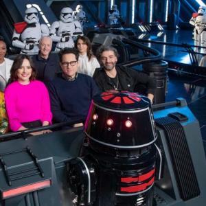 SW監督・キャストの記念撮影にほっこり! 映画と直接関係ないアトラクションを仲良く満喫するレアな一枚【スター・ウォーズ:ギャラクシーズ・エッジ】