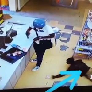 泥棒が落としたお金を泥棒が盗む瞬間が撮影される / 泥棒も泥棒被害に遭う時代