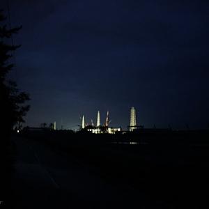 【写真:原発20キロ圏内のリアル】ライトアップされた福島第一原発―JR大野駅(大熊町)