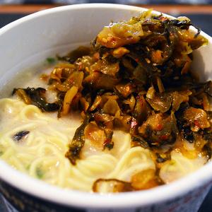「博多元気一杯!!」監修のカップラーメンに高菜を大量に入れると激ウマ! スープを飲む前にもポリポリ食べたら僕も元気いっぱい!