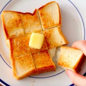フライパンで「絶品バタートースト」を作る方法とは? 「いつもの食パンが極上になる」「トースターより簡単でおいしい!」