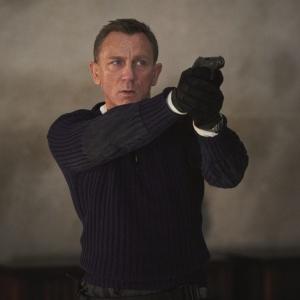 007シリーズ最年少18歳が主題歌を担当!アナ・デ・アルマスの撃ちまくり映像も飛び出してボンド界隈、にぎやかです【ジェームズ・ボン道】